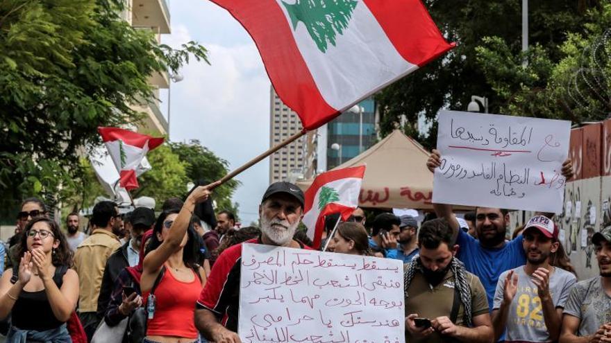 Más protestas y carreteras convertidas en aparcamientos en el Líbano