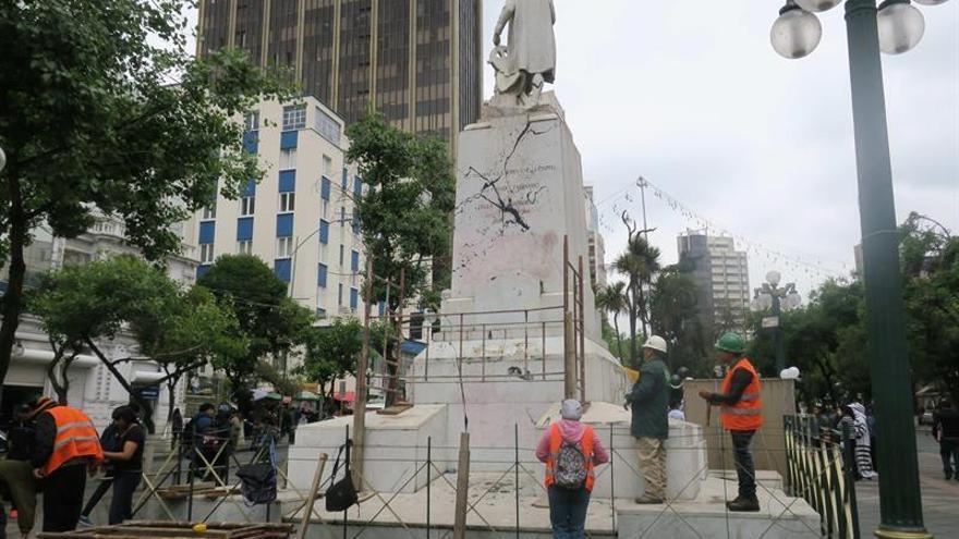 La estatua de Colón atacada en La Paz comienza a ser restaurada