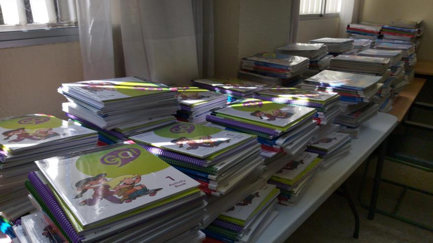 Pilas de libros por clasificar en un colegio de Madrid.