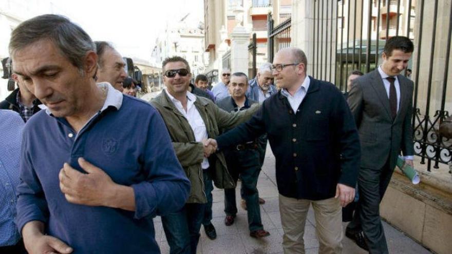 Alfredo de Miguel, agasajado por militantes del PNV a su salida del Parlamento Vasco en 2011