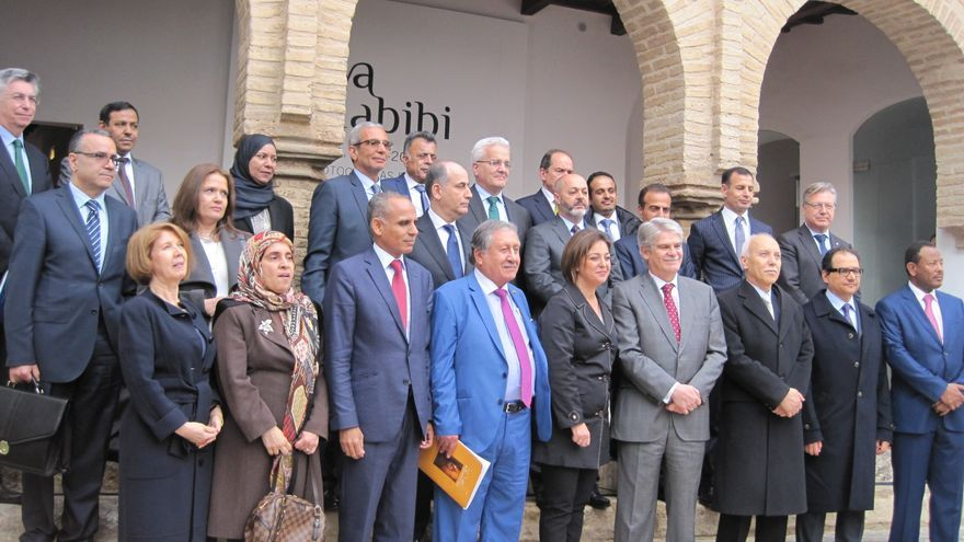 Foto de familia de los embajadores árabes en España con el ministro de Exteriores, Alfonso Dastis, en Córdoba.