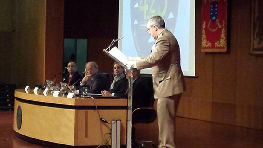 El jefe del Mando Militar en Canarias, Juan Martín Villalón, durante el inicio de la mesa redonda celebrada en la ULPGC.