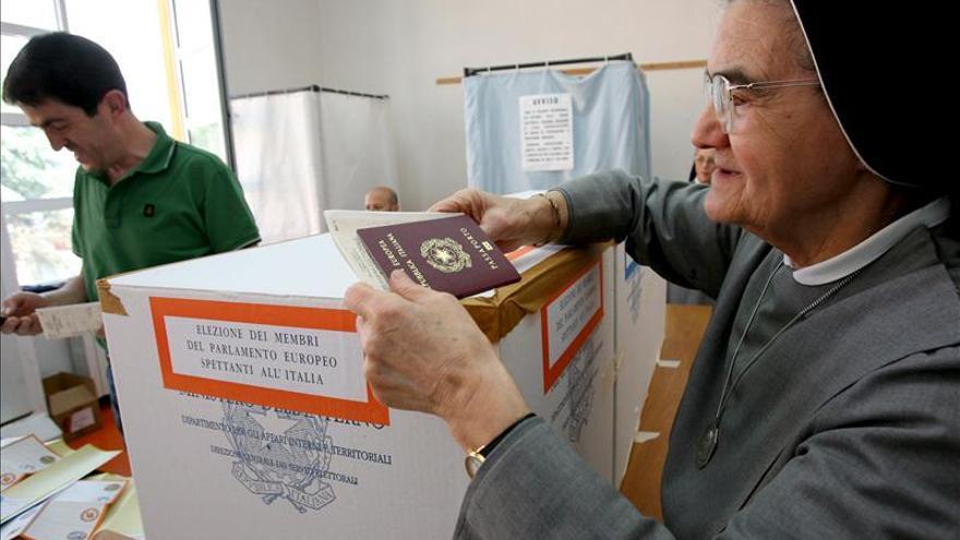 Los colegios electorales, abiertos para renovar el Ayuntamiento de Roma y 563 más