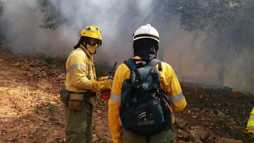 Desalojadas preventivamente 25 personas por el incendio forestal en Tarifa