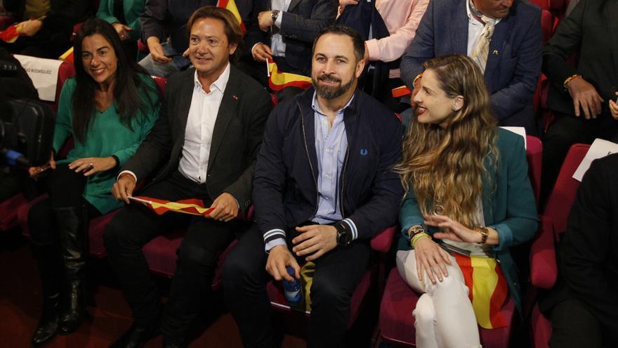 El líder de Vox en Baleares, Jorge Campos, el presidente de Vox, Santiago Abascal, y la candidata al Congreso por Baleares, Malena Contestí, en el acto electoral de VOX en el Auditorium de Palma