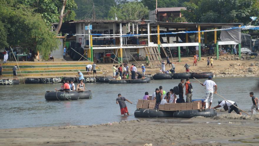 Cae la noche y los migrantes que han llegado a Tecún Umán (Guatemala) comienzan a descender a la orilla del Río Suchiate para cruzar a México.