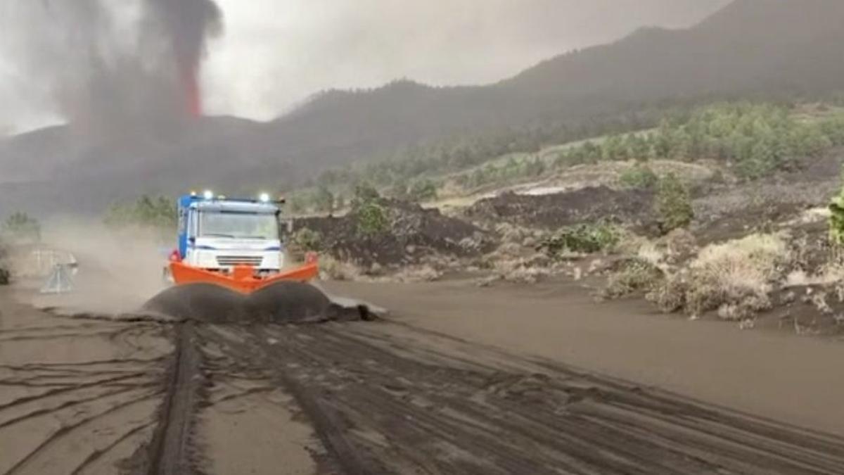 La Máquina quitanieves del Cabildo de La Palma, el pasado miércoles, limpiando la materia del volcán que se ha depositado en la carretera LP 212 Tacande.