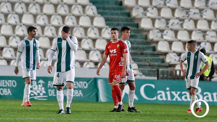 Los jugadores del Córdoba CF cabizbajos al terminar el partido
