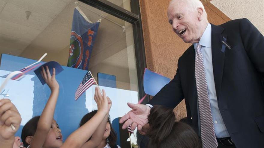 El senador McCain y el alguacil Arpaio ganan las primarias en Arizona