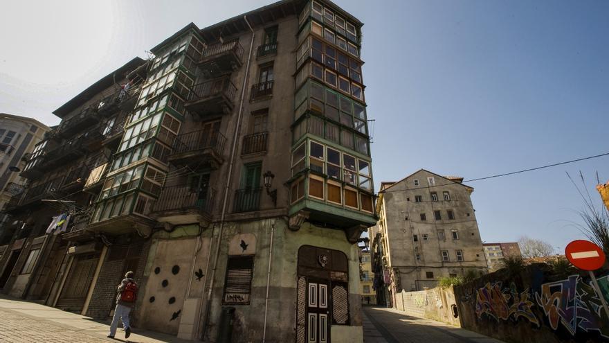 Las calles del barrio santanderino del Cabildo de Arriba reflejan los años de abandono.   JOAQUÍN GÓMEZ SASTRE