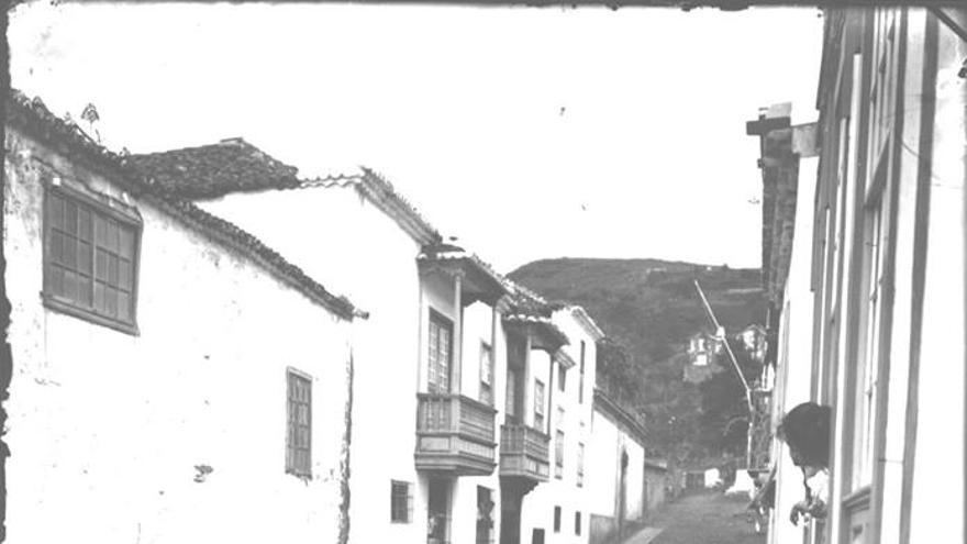 En la imagen se aprecia, casi al final, en la parte superior izquierda, una pequeña farola. La foto está fechada en 1901 y recoge la celebración de una fiesta infantil.