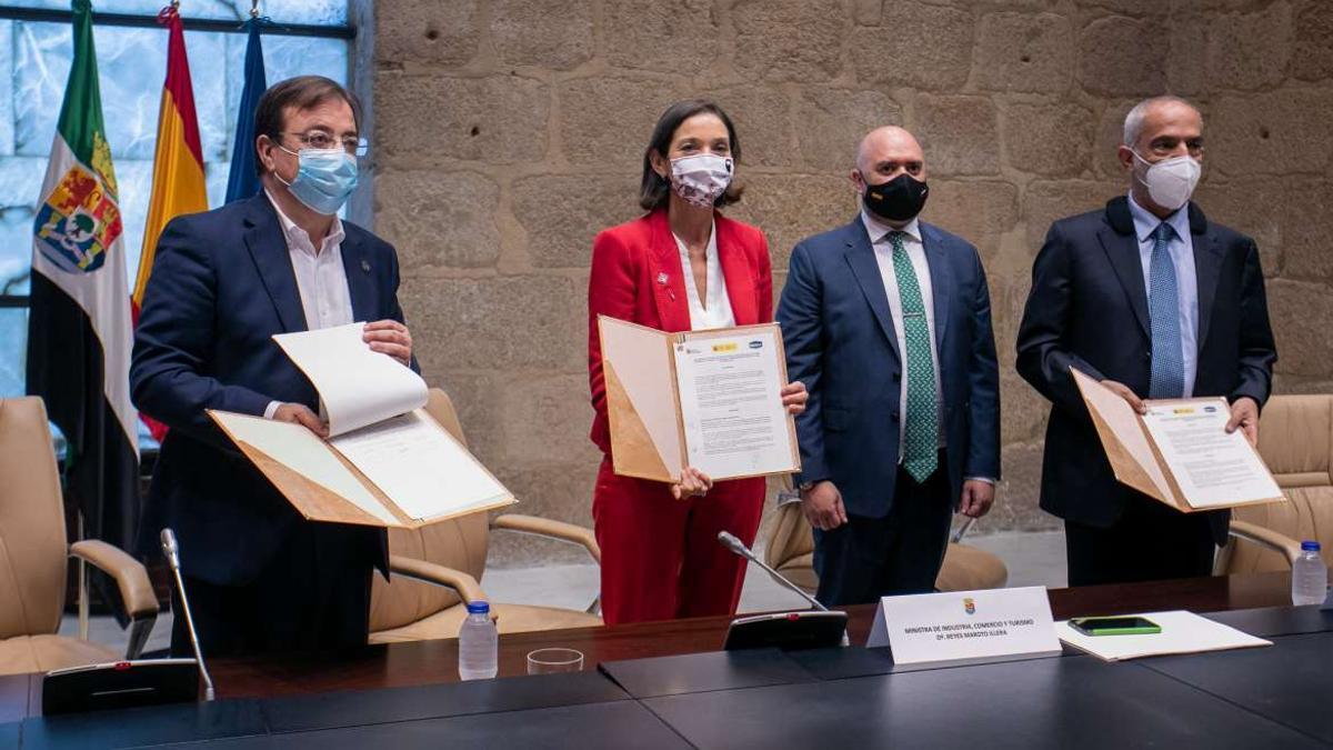 Tras la firma del protocolo de intenciones: Fernández Vara, la ministra de Industria Reyes Maroto, el embajador de Emiratos Árabes y el presidente de Ibérica Sugar Company