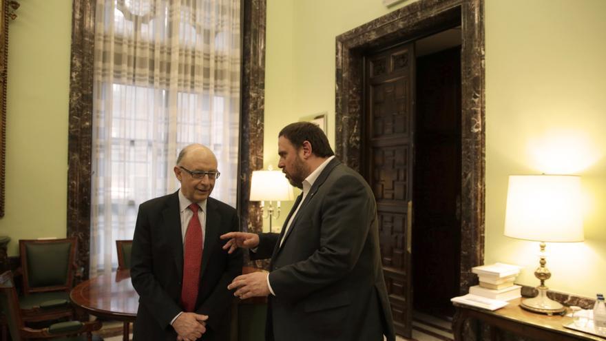 El ministro de Hacienda y Administraciones Públicas, Cristóbal Montoro (i), y el vicepresidente y conseller económico de la Generalitat, Oriol Junqueras