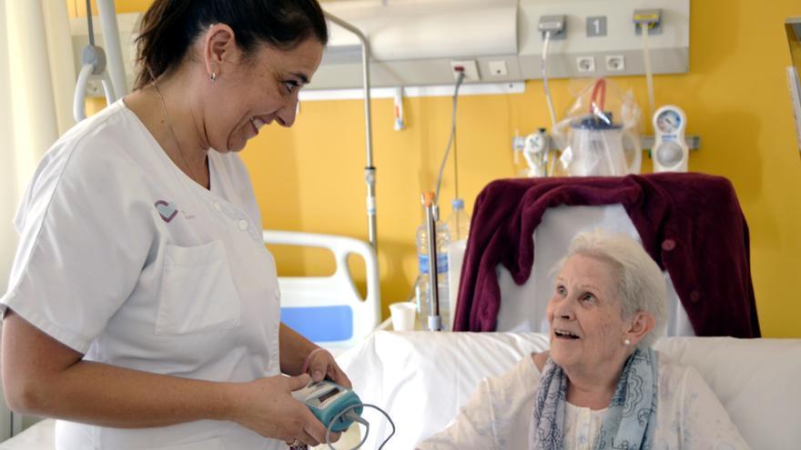 Una infermera atiende a Amparo, una paciente de la Unidad de Fragilidad Compartida de los hospitales Sant Rafael y Vall d'Hebron