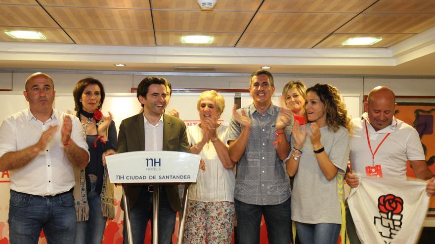 El equipo de coordinación de la campaña de Pedro Sánchez en Cantabria celebrando el resultado.