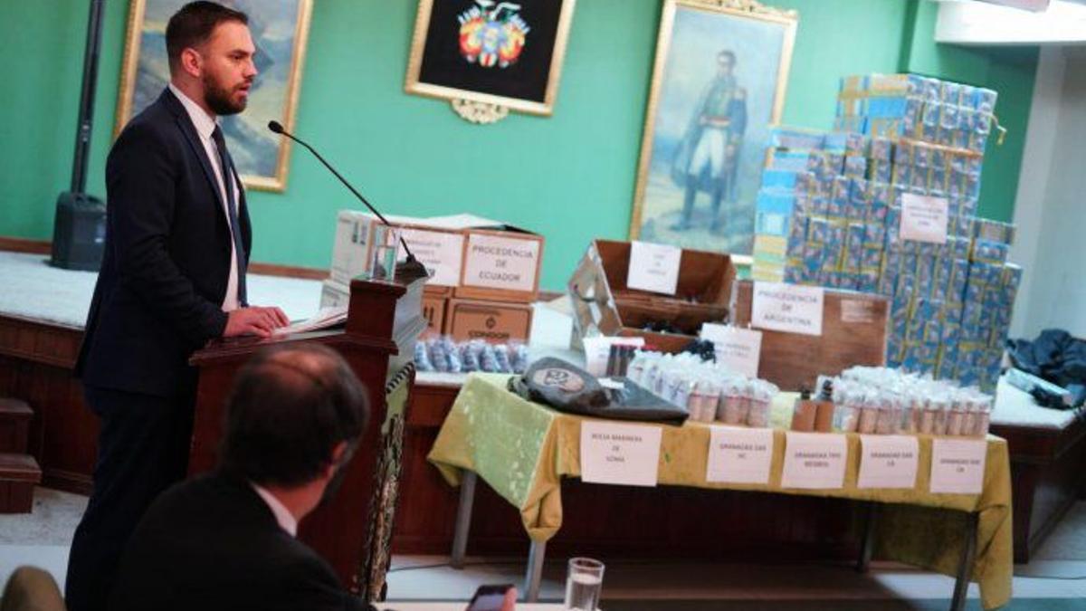 El ministro de Gobierno de Bolivia, Eduardo del Castillo, presentó el 19 de julio de 2021 las armas y municiones presuntamente enviadas desde la Argentina.