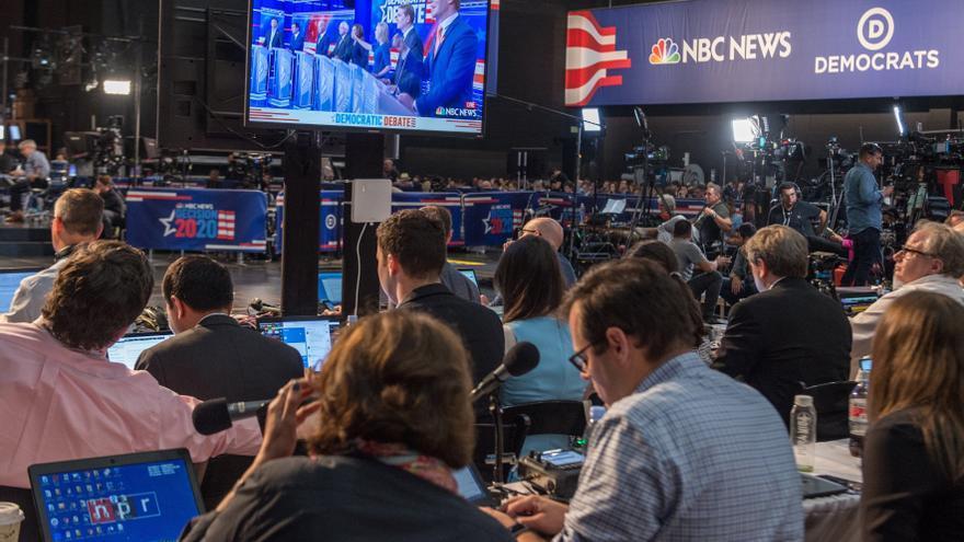 Miembros de la prensa asisten al primer debate presidencial demócrata 2020 este jueves en el Centro de Artes Escénicas Adrienne Arsht de Miami, Florida (EEUU.)