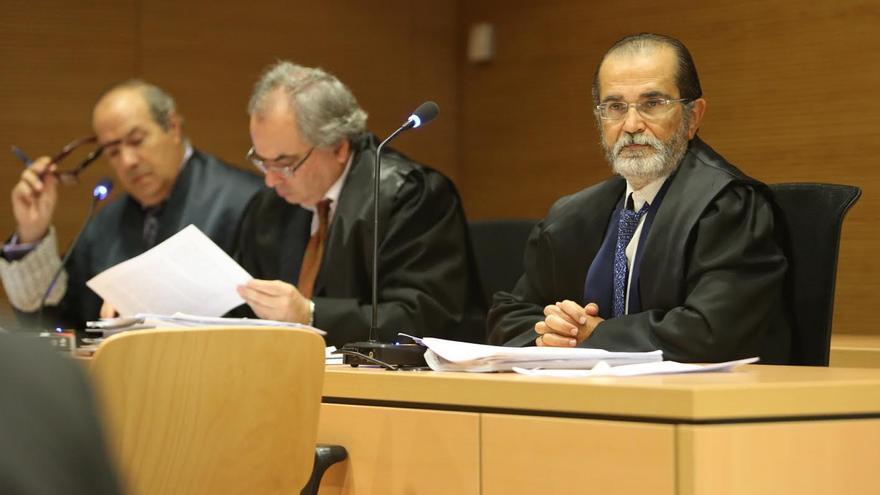 Marcelino López Peraza, junto al abogado José Manuel Rivero y el fiscal Miguel Pallarés. (ALEJANDRO RAMOS)