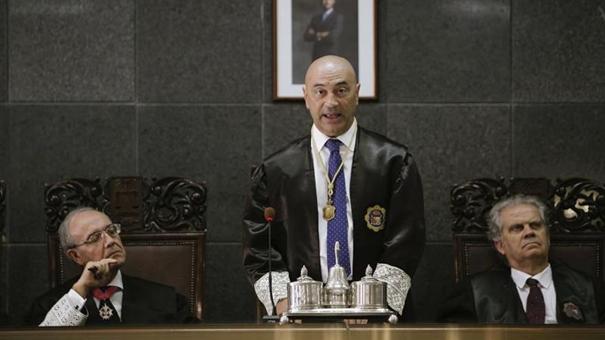 El presidente del Tribunal Superior de Justicia de Canarias (TSJC), Antonio Doreste (d), durante su intervención.
