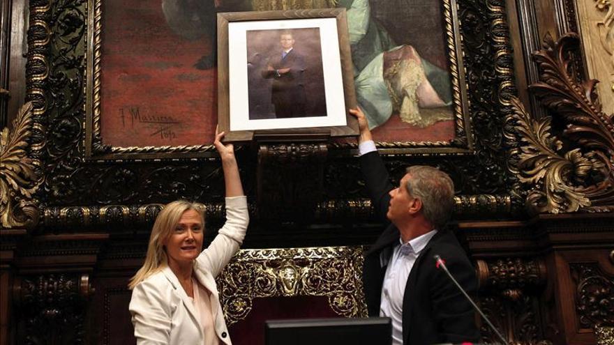 El PP coloca una foto del Rey en el pleno y el gobierno de BComú la retira