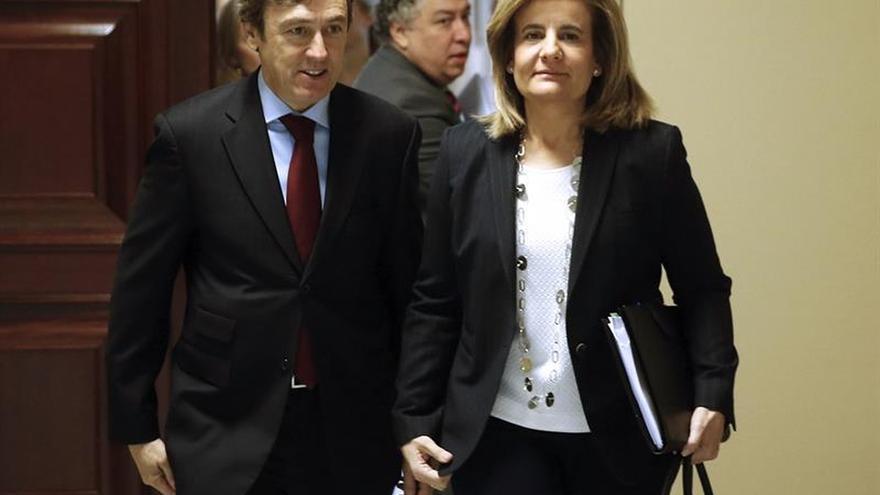La ministra de Empleo, Fátima Báñez, y el portavoz del PP, Rafael Hernando.