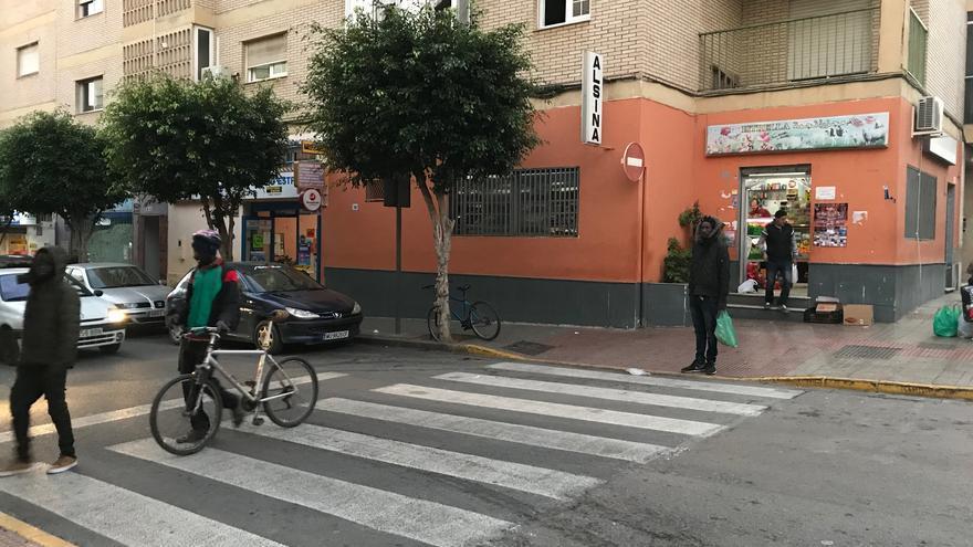 La calle Manolo Escobar, en el centro de El Ejido, es una de las vías de mayor concentración de población migrante.