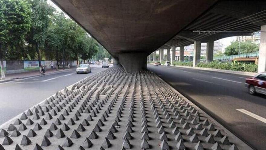 Arquitectura hostil: Pinchos en el suelo para que nadie duerma debajo de un puente