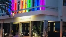 Fachada del Cabildo iluminada con la bandera del Orgullo LGTBI.