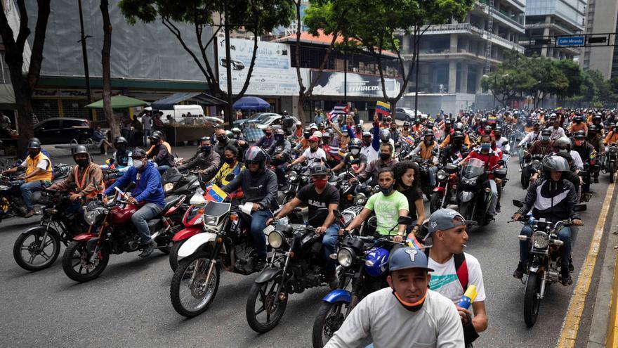 Motoristas chavistas realizan una caravana en Caracas para apoyar a Cuba