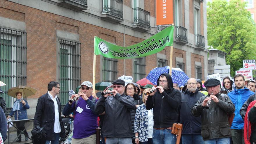Miembros de la Asociación Serranía de Guadalajara en el Paseo del Prado FOTO: Raquel Gamo
