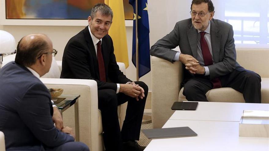 El presidente del Gobierno, Mariano Rajoy (d), conversa con el secretario general de Coalición Canaria, José Miguel Barragán (i), en presencia del presidente de Canarias, Fernando Clavijo (c), durante la reunión que han mantenido en el Palacio de la Moncloa.