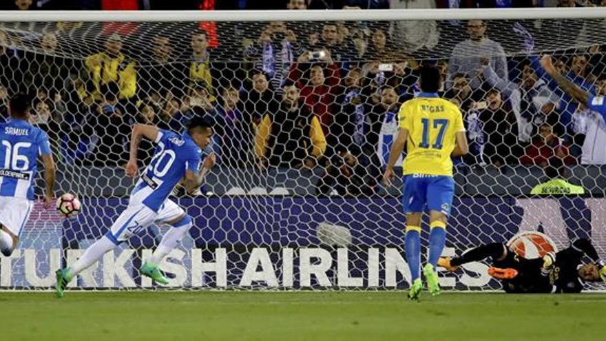 El delantero brasileño del Leganés Luciano Rocha (2i) celebra el segundo gol de su equipo ante Las Palmas, en partido de la trigésima cuarta jornada de liga en Primera División que se disputa en el estadio de Butarque. EFE/ JuanJo Martin