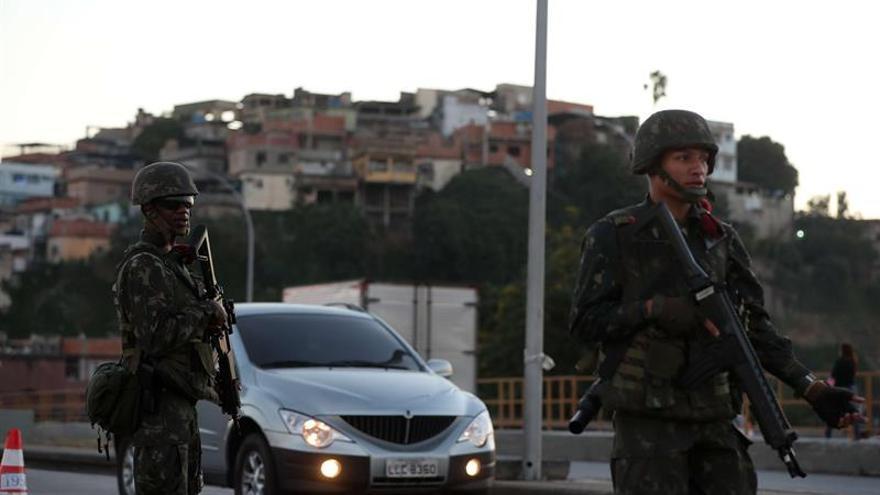 Temer visita las tropas que patrullan Río y destaca la reducción crímenes