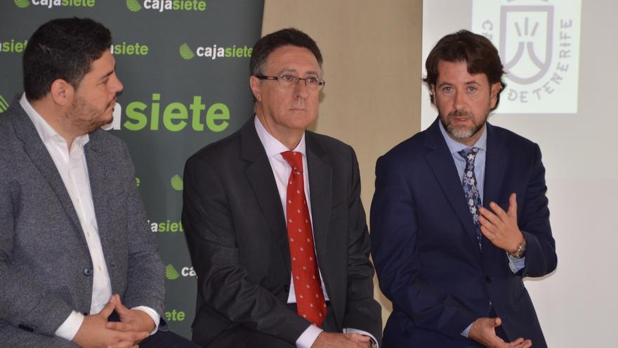 Fernando Berge, presidente de Cajasiete, con Carlos Alonso, a la derecha