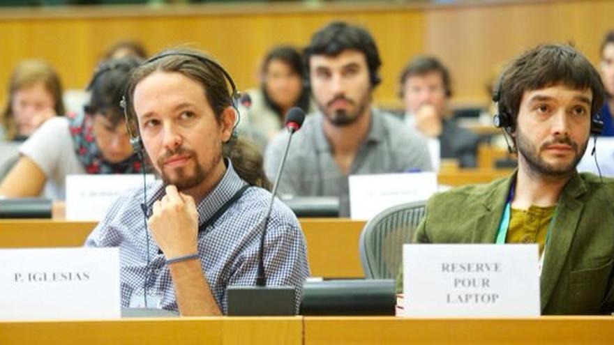 El secretario general de Podemos, Pablo Iglesias, y el responsable de relaciones internacionales de Podemos, Pablo Bustinduy.