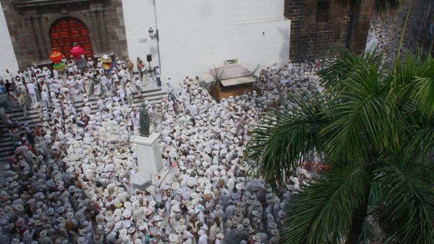 Imagen de archivo de multitud de 'indianos' en la Plaza de España de Santa Cruz de La Palma.