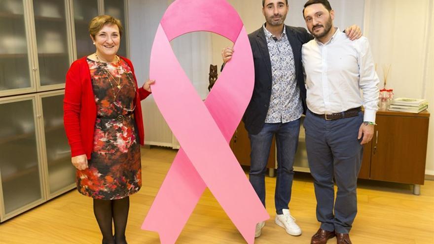 La consejera de Sanidad de Cantabria junto a los promotores del evento. | MIGUEL LÓPEZ