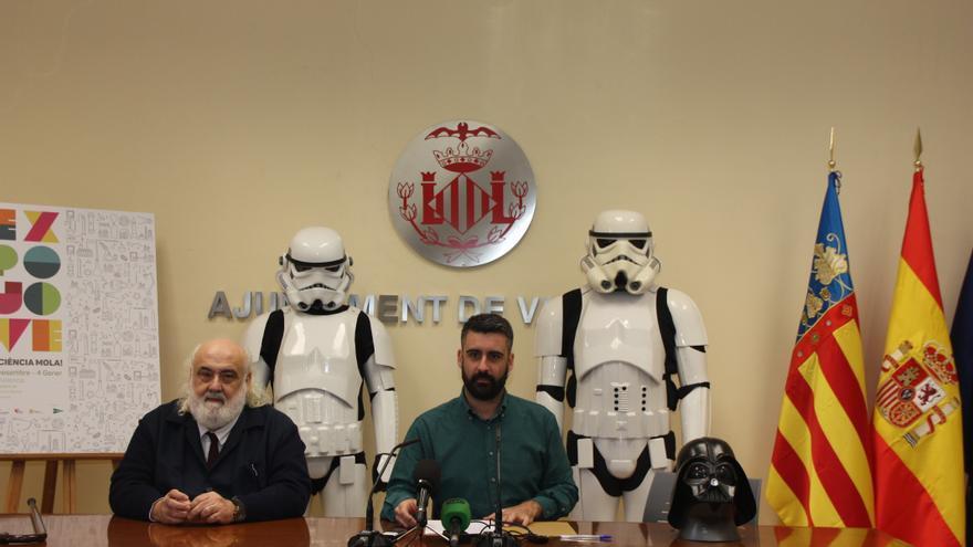 Pere Fuset custodiado por soldados imperiales y un casco de Darth Vader
