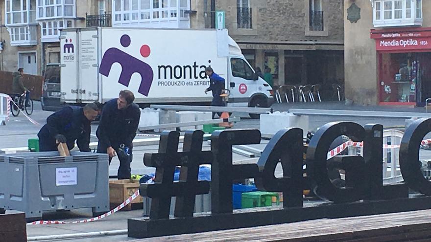 Operarios de Montai, en Vitoria, preparando los actos de arranque de campaña del PNV