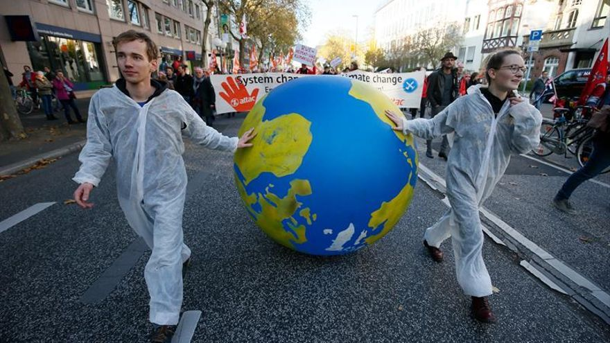 Miles de manifestantes exigen el fin de los combustibles fósiles en Bonn