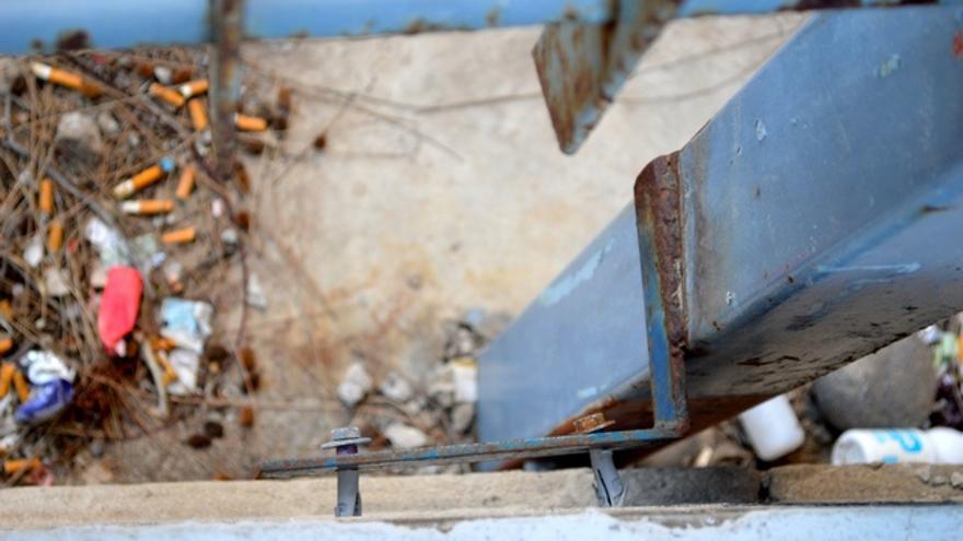 Las vallas pueden caerse en cualquier momento. FOTO: Iago Otero Paz.