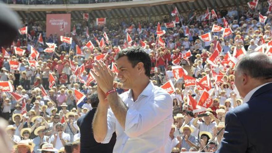 El líder socialista Pedro Sánchez en el mitin de la plaza de toros de Valencia
