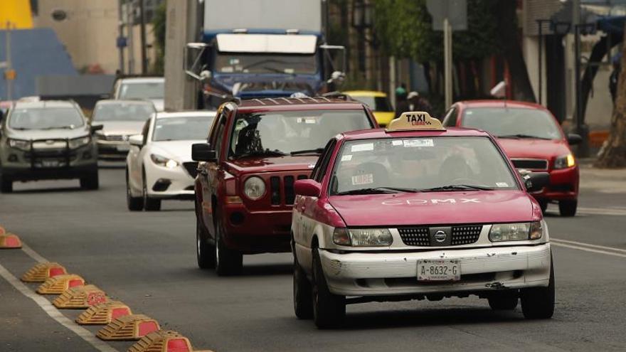 Vista de un automóvil de servicio de taxi publico, hoy jueves circulando en Ciudad de México (México).