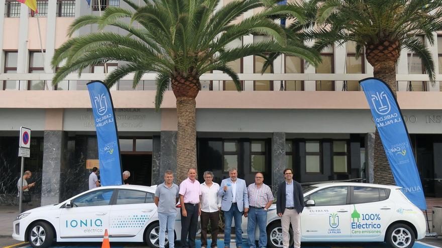 Acto de inauguración del punto de recarga de vehículos eléctricos situado en la Avenida Marítima de Santa Cruz de La Palma, frente a la sede del Cabildo.