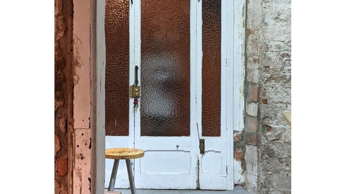 Paula Bonet ha publicado en Instagram la imagen del acosador tras las puertas de su estudio.