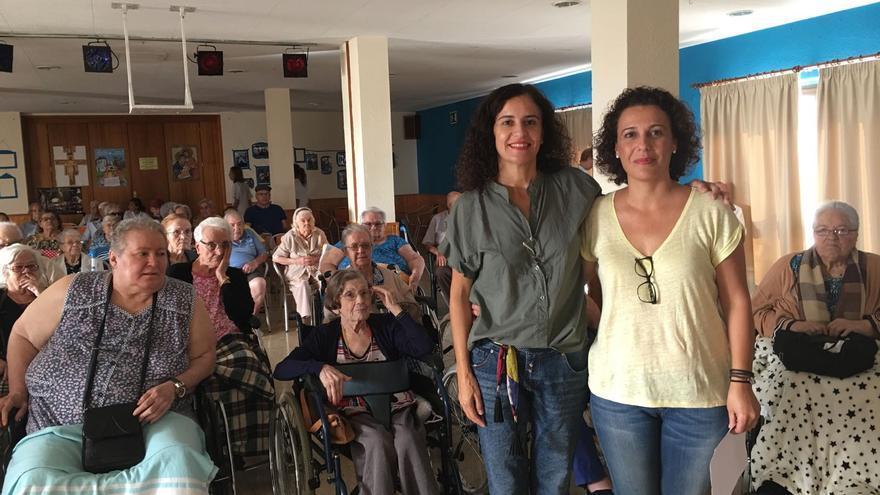 La consejera de Asuntos Sociales, Jovita Monterrey (i) en una actividad con los mayores.