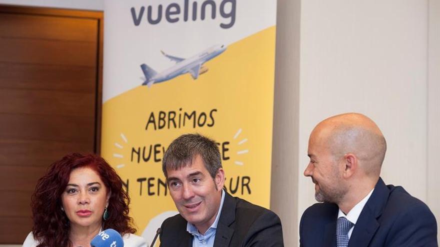 El presidente del Gobierno de Canarias, Fernando Clavijo (c), acompañado por la presidenta de la ZEC, Beatriz Barrera y por el director de estrategia y alianzas de Vueling, Fernando Estrada. EFE/Ramón de la Rocha