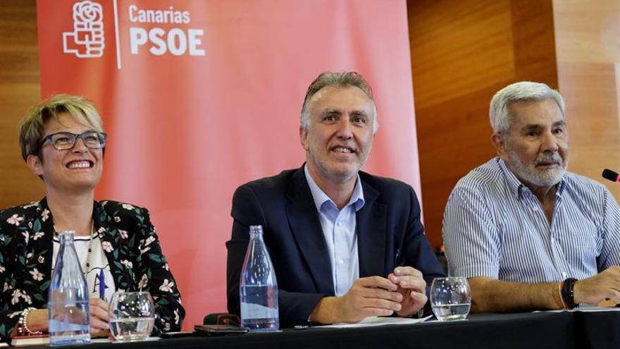 El secretario del PSOPE de Canarias, Angel Víctor Torres, y los dirigentes Elena Mañez, y José Miguel Rodríguez.