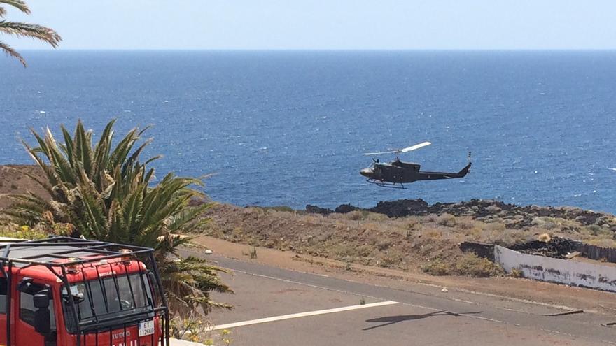 Un helicóptero tomando tierra en la zona del acuartelamiento El Fuerte.