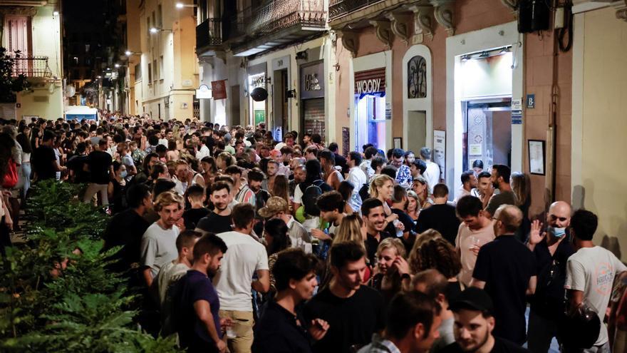 Temor a que fiestas, botellones y regreso escolar propicien una sexta ola en Cataluña